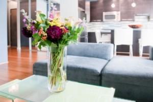 Bunga meja di ruang tamu