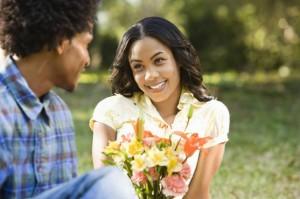 wanita menerima rangkaian bunga