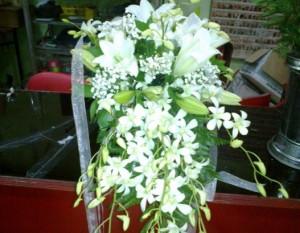 Rangkaian bunga anggrek duka cita