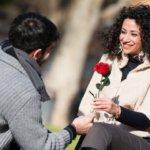 pria dan setangkai bunga mawar
