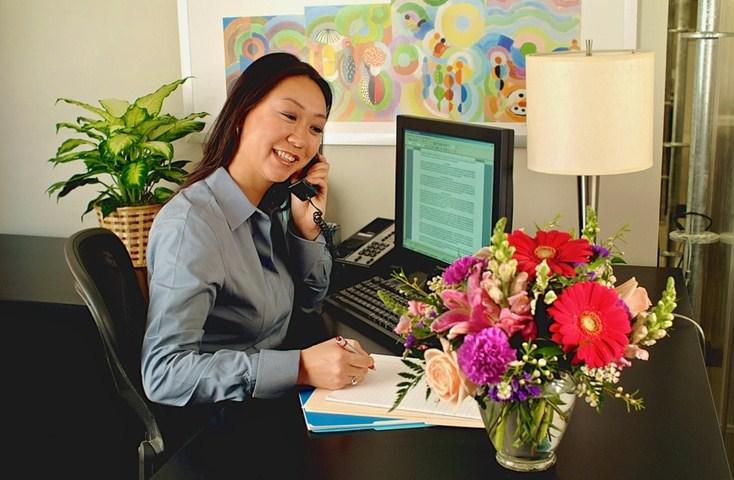 bunga di meja kerja