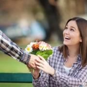 laki-laki-memberikan-sebuah-rangkaian-bunga