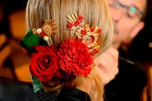 wanita dan bunga anyelir