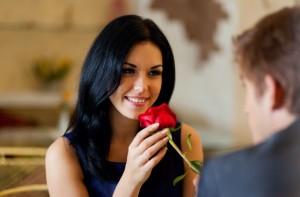 wanita dan bunga mawar