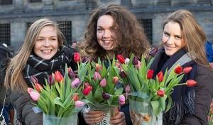 wanita-dan-bunga-tulip