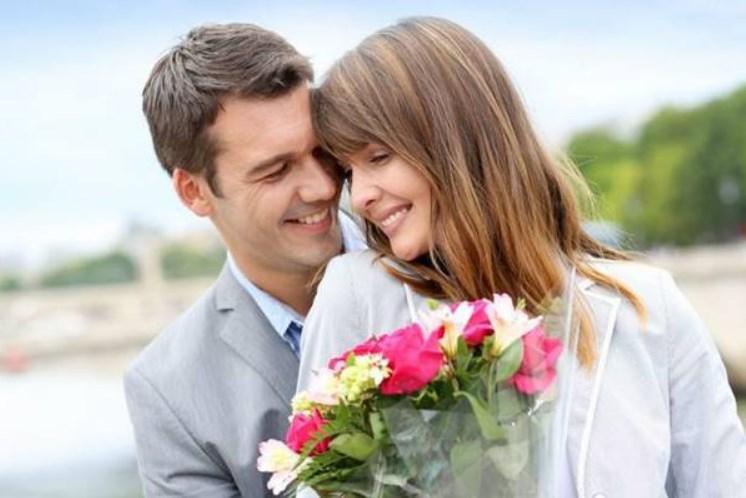 Memberi bunga untuk pasangan
