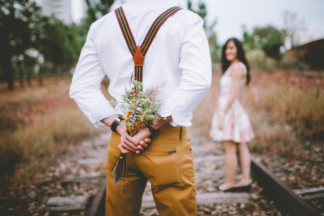 Memberikan bunga pada pasangan