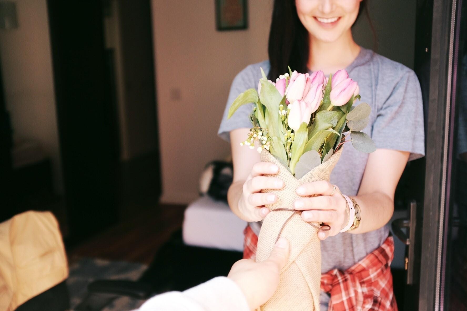 Memberikan bunga untuk kekasih