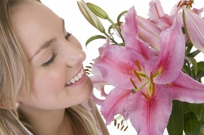 Wanita dengan bunga lili