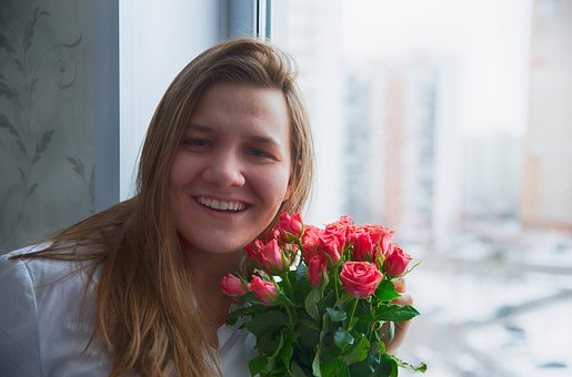 Wanita yang menyukai bunga mawar
