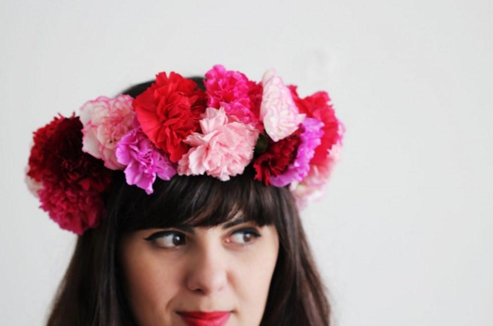 wanita dengan bunga carnations