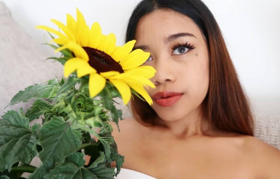 wanita dengan bunga matahari